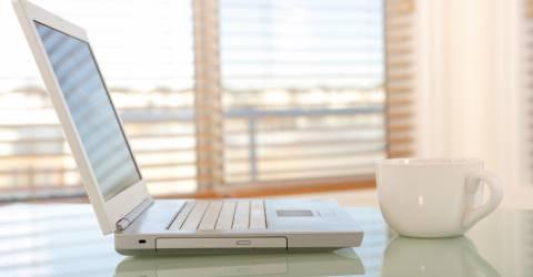 Laptop met een kopje koffie.