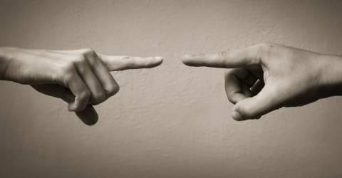 Vingers wijzen naar elkaar
